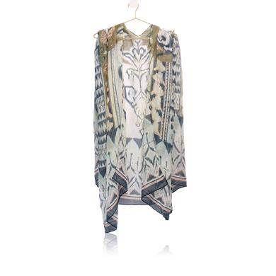Fabulosa écharpe em poliéster suave, com um fabuloso padrão com tons neutros. Perfeita para usar sobre os ombros ou em volta do pescoço.