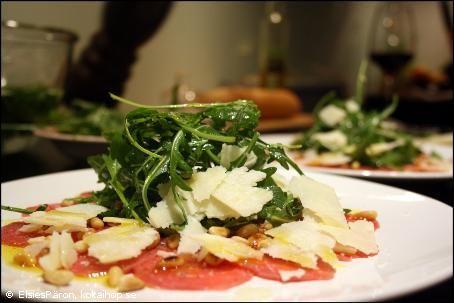 Recept - Carpaccio på oxfilé. En god och lyxig Italiensk förrätt. Oxfilé är ganska dyrt och kan vara svårt att skära fina tunna bitar av. Gå till en chark och köp precis så mycket ni vill ha och be dem skiva upp det så slipper ni onödigt svinn. #carpaccio
