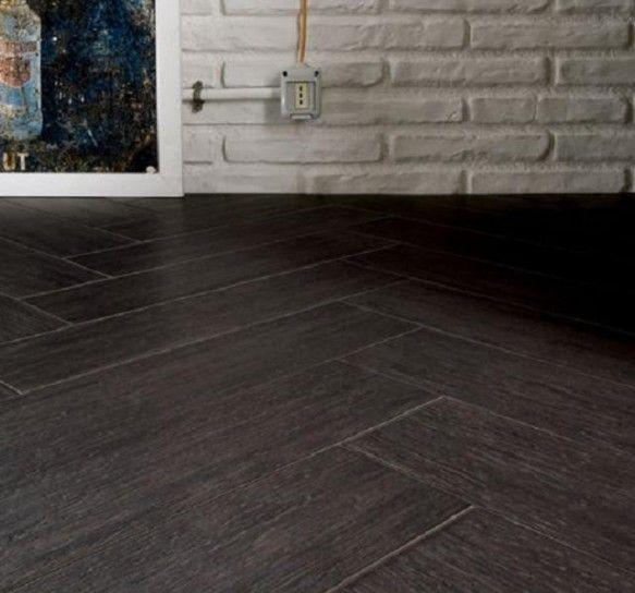 pavimento scuro effetto legno