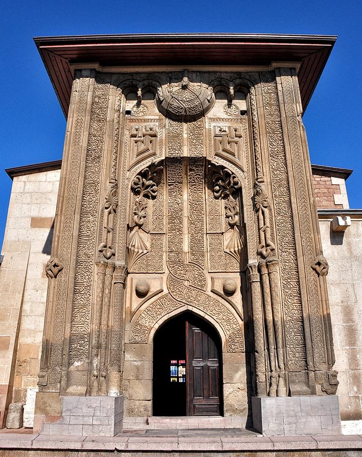 Ince Minareli Madrasa Portal (Konya, Turkey) with its intertwined inscription.
