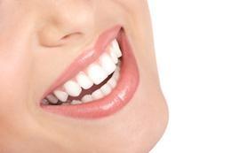 Durch unsere Bleaching-Behandlung wird Ihr Lächeln wieder strahlend weiß.
