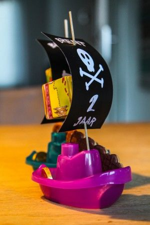 Traktatie voor kindjes; badbootje, sate prikker met papieren vlag. Bootje gevuld met een chocolade munt, piratenkoekje en schatkistje.