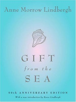 Gift from the Sea, par Anne Morrow Lindberg (autobiographie) En faisant des liens avec divers coquillages trouvés sur la plage, Morrow-Lindberg (plus connu pour ses exploits de pionnière en aviation) explore avec simplicité comment rester sereine alors que la vie nous trimballe. À lire et à relire à toutes les saisons de nos vies de femme et de mère. Publié il y a plus de 50 ans et toujours aussi pertinent!