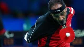 Image copyright                  Getty Images Image caption                                      Ibrahim Hamadtou mostró que es posible jugar tenis de mesa sin manos.                                Para uno puede ser imposible, o por lo menos es lo primero que pensamos cuando vemos lo que son capaces de lograr los deportistas que participan en los Juegos Paralímpicos en Río 2016. Para ellos es evidente que no lo es.  La hazaña de 4 atleta
