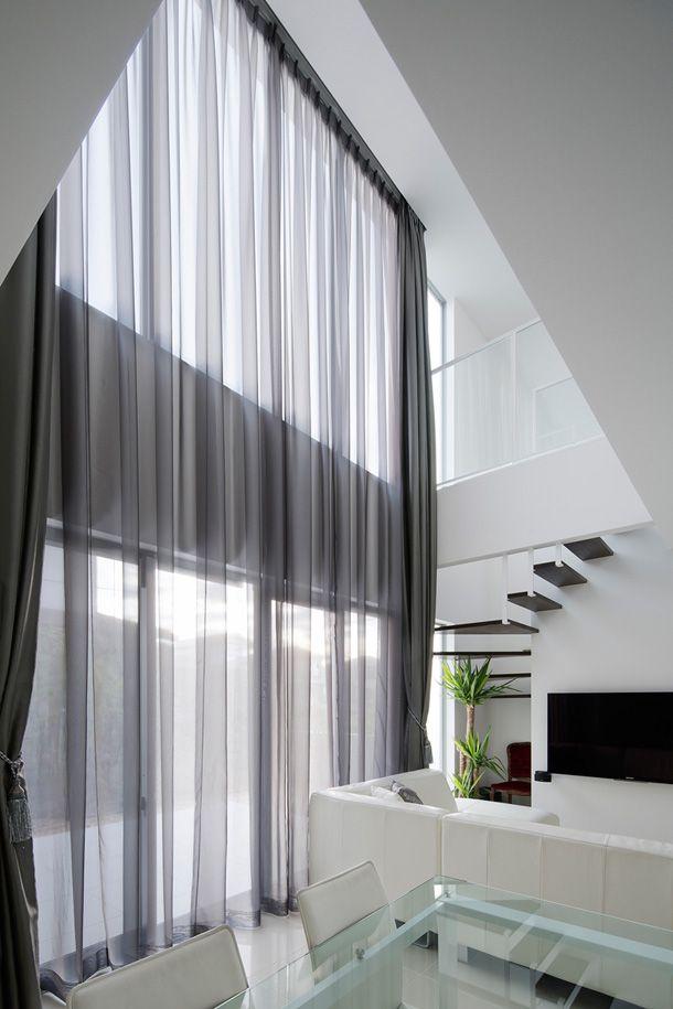 吹抜けにある一枚仕立てのカーテンが美しい家・間取り(京都府宇治市)   注文住宅なら建築設計事務所 フリーダムアーキテクツデザイン