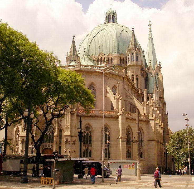 A catedral, que fica exatamente no centro da cidade, é um dos seus principais cartões-postais - e não à toa