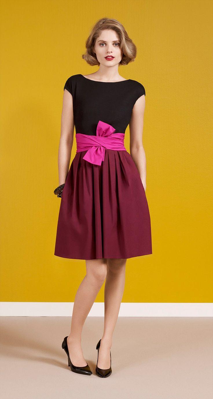 Robe manches courtes bi-matière en popeline de coton stretch. Haut et ceinture en jersey de coton stretch de couleur contrastée. Fermeture zippée sur le coté. Longueur : 55 cm.