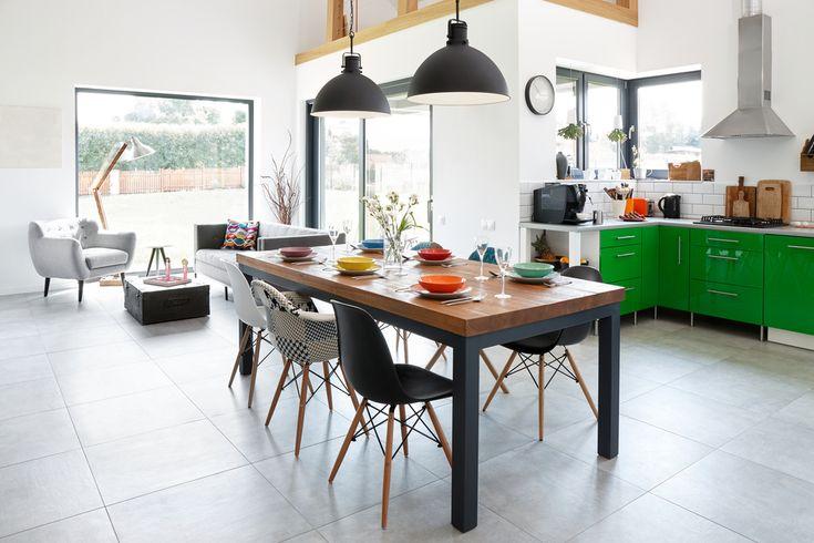 Organizacja w nowym domu wielkanocnego śniadania dla całej rodziny to bardzo duże wyzwanie. Kolorowe akcenty we wnętrzu wniosą odrobinę ciepła i wiosennej lekkości. W takim otoczeniu wspólne rodzinne spotkanie na pewno przebiegnie radośnie :)