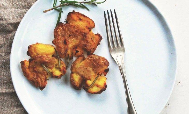 Att rosta potatis gyllenbruna med salt, örter och olivolja är sommarens bästa tillbehör. Trycker man till dem blir det ännu mer rostad yta.