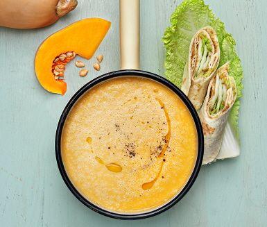 Potatis- och pumpasoppa är en god, matig och lättlagad soppa av potatis, butternutpumpa, lök, havredryck och smak av vitlök och paprika. Servera med tortillabröd fyllda med linsröra. Gott och värmande sopprecept till lunch och middag.
