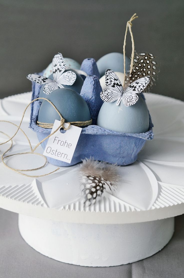 Oeufs de Pâques peints et décorés d'un papillon.