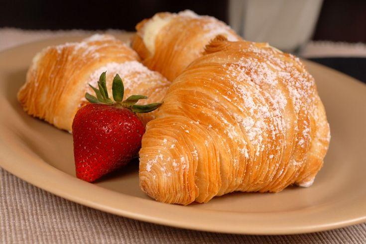 Le sfogliatelle napoletane veloci sono molto più semplici da preparare rispetto alla classica ricetta tradizionale. Ecco come prepararle in poco tempo