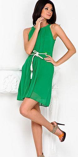Кстати, несколько слов об оттенке платья. Подбирать его стоит к цвету волос. Если вы  - брюнетка или шатенка с насыщенным цветом волос, выбирайте более светлые тона, а вот если вы блондинка, то смело приобретайте темно-зеленое или яркое зеленое платье. Таким образом, волосы и платье будут оттенять и дополнять друг друга.