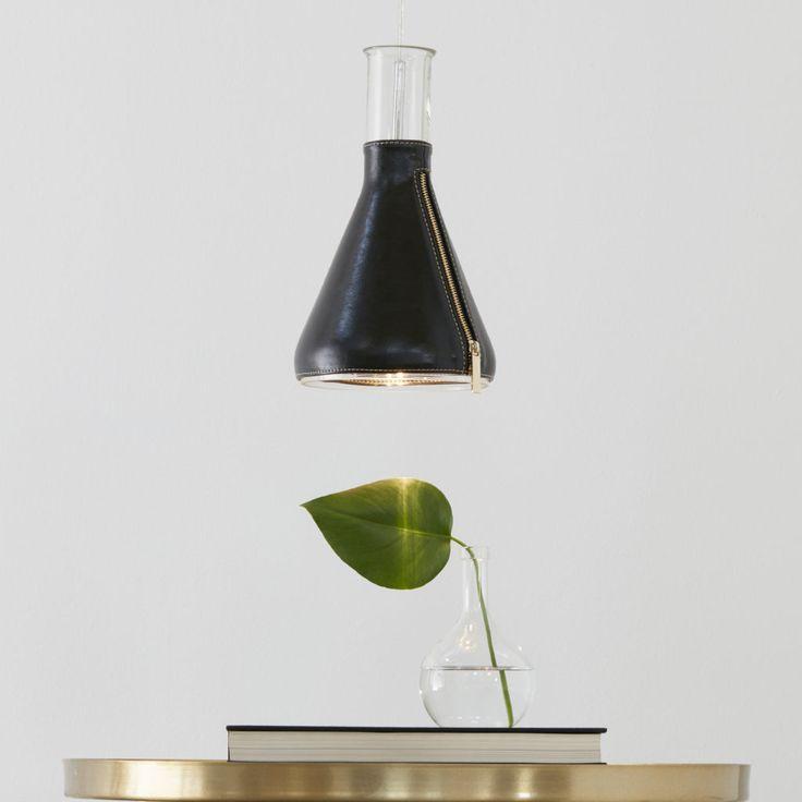 Zip taklampa från Markslöjd. Skärm i svart läder. #svart #black #markslöjd #taklampa #lamp #interior #interiör #inspiration