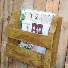 Porte revues mural en bois de palette recycl restage for Revue bricolage maison