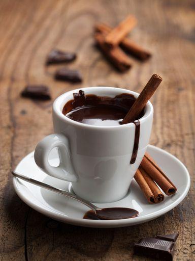 Chocolat chaud à la cannelle. lait entier, chocolat noir, crème fraîche liquide, cannelle