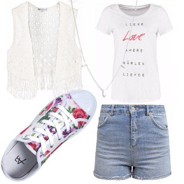 Shorts in jeans a vita alta, t-shirt stampata da portare dentro i pantaloncini rimborsata, gilet in pizzo per dare un tocco glam all'outfit, sneaker floreale e collana lunga argento.