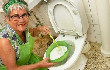 Hvis der STADIG er brune striber i toilettet: Bland 2 spsk. vaskepulver til hvid vask og 1 liter kogende vand. Foto: Tommy Verting.