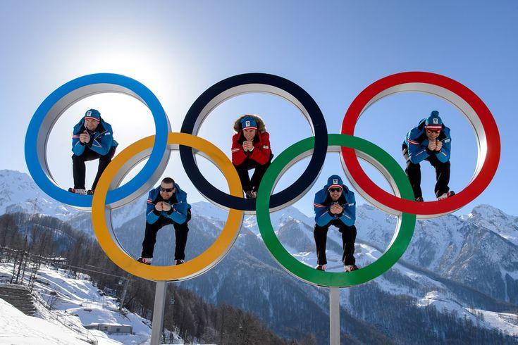 Schiorii austrieci (de la stânga la dreapta) Georg Streitberger, Klaus Kroell, Max Franz, Joachim Puchner, Romed Baumann pozează în interiorul cercurilor olimpice, înaintea deschiderii Jocurilor Olimpice de Iarnă, în Rosa Hutor, Rusia, marţi, 4 februarie 2014. (  Fabrice Coffrini / AFP  ) - See more at: http://zoom.mediafax.ro/sport/soci-2014-partea-i-12078340#sthash.MTlduSkN.dpuf