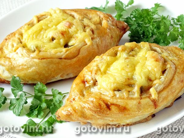 Изюминка начинки - соленые огурцы, которые вместе с картофельным пюре и куриным филе заворачиваются в слоеное тесто. Лодочки получаются румяными, хрустящими снаружи и сочными внутри. По вкусу они вполне самодостаточны и никакого дополнения к себе не требуют. Приготовить такие слоеные лодочки можно на ужин даже для самых капризных членов семьи.
