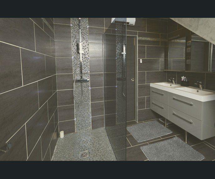 Les 25 meilleures id es concernant salle de bains d 39 argent for Photo de salle de bain carrelage gris