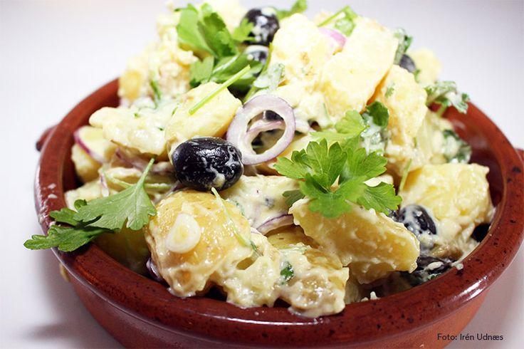 Lun potetsalat med rødløk, oliven og aioli
