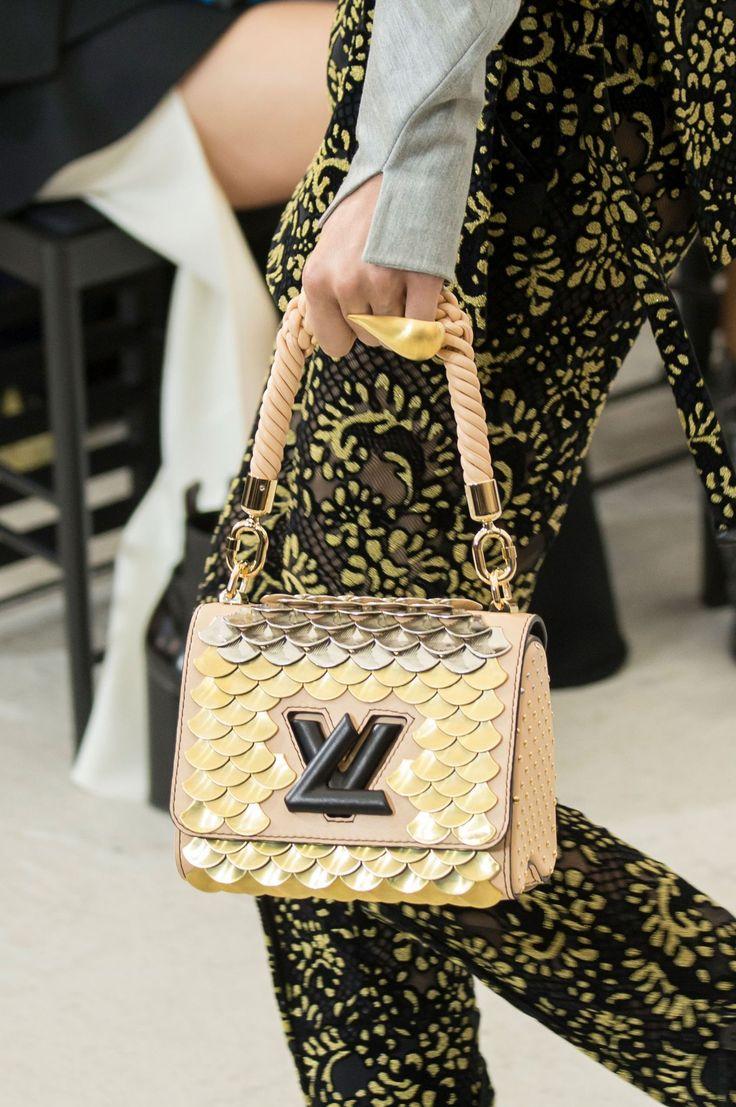 EN IMAGES. Les plus beaux sacs des défilés printemps-été 2017 - Sac à écailles Louis Vuitton