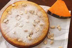 La torta di zucca, soffice e delicata, è un dolce autunnale semplice e veloce da preparare. Arriva dalla tradizione culinaria americana ed ha conquistato un posto di riguardo nella tradizione italiana.