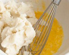 ЛИФТИНГ МАСКА. Натереть на мелкой тёрке 1 небольшой картофельный клубень, а затем добавить в получившуюся кашицу 1 ч ложку оливкового масла. Готовую маску наносят на поверхность кожи шеи и лица на 20 – 25 мин. По окончании процедуры следует умыться несколько раз тёплой водой и протереть кожу отваром зелёного чая или свежеотжатым соком алоэ.