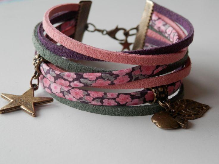 Bracelet multi cordons cuir et tissus liberty couleurs pastels rose, violet et kaki, fleuri et breloques feuille, pomme : Bracelet par motus-et-bouche-cousue