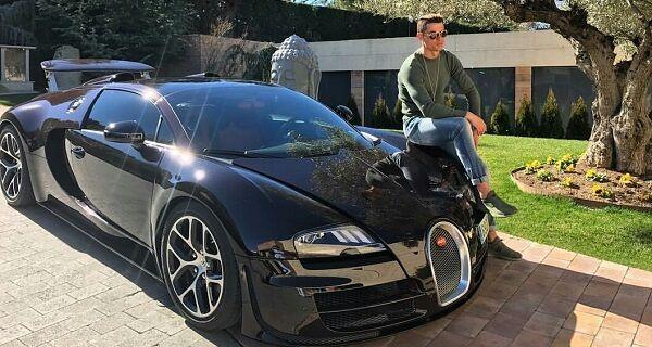 """En agosto de 2016, publicó en su cuenta de Instagram... - un video el cual subtitulo: """"Retornando a casa"""". En él se lo muestra a bordo de su Bugatti Veyron color negro de mil caballos de fuerza y 400 km/h que le costó casi 3 millones de dólares."""