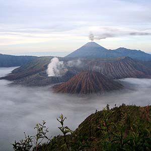 活火山ブロモ山の夜明け。インドネシア 旅行・観光におすすめのスポット。