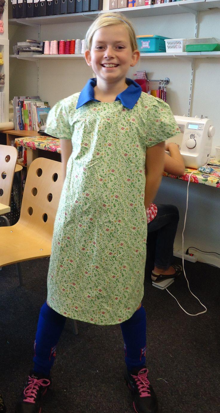 Sara in haar zelfgemaakte jurk (met rits achter!) helemaal trots :)