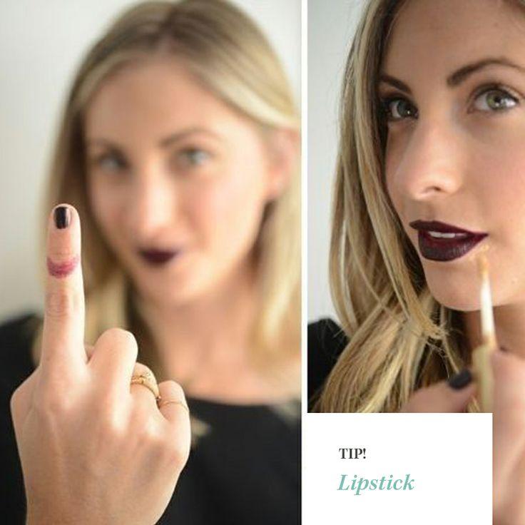 Tip! Volgende keer dat je lippenstift aanbrengt kun je vlekken op je tanden vermijden door je wijsvinger in je mond te steken als een rietje en langs je lippen terug te halen.