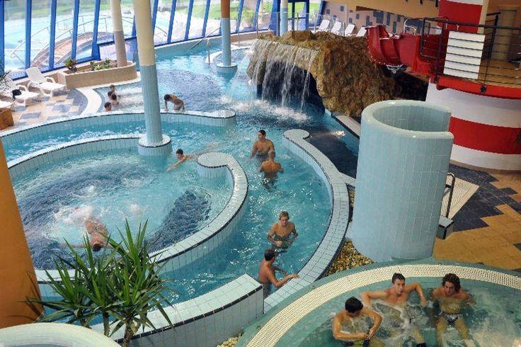 Sokoldalú élményfürdőzéssel, frissítő szaunavilággal, komplex gyógyászati, magas színvonalú uszodai- és strandszolgáltatással várja a fürdőzőket a kaposvári Virágfürdő.