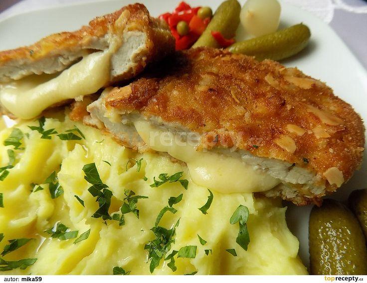 Mozzarellu potřeme česnekem. Plátky masa, měly by být tenčí, naklepeme, osolíme a opepříme.Mezi dva plátky vložíme sýr tak, aby byl kousek od...
