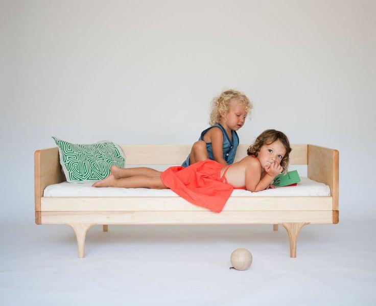 """Dit junior bed van Kalon Studios is geïnspireerd op een circuswagen en vandaar ook de naam """"caravan junior bed"""". Een tijdloos kinderbed dat voldoet aan de behoeftes van moderne ouders"""