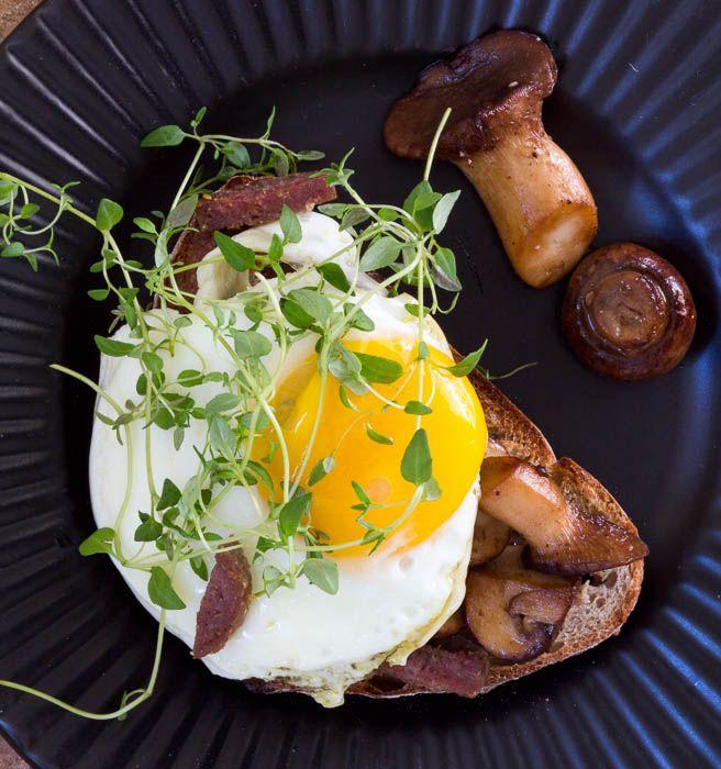 Så nemt og så lækkert! Sprøde toast med svampe og spejlæg er min go to, når der skal hverdagsforkælelse på bordet. Opskrift på svampetoast.