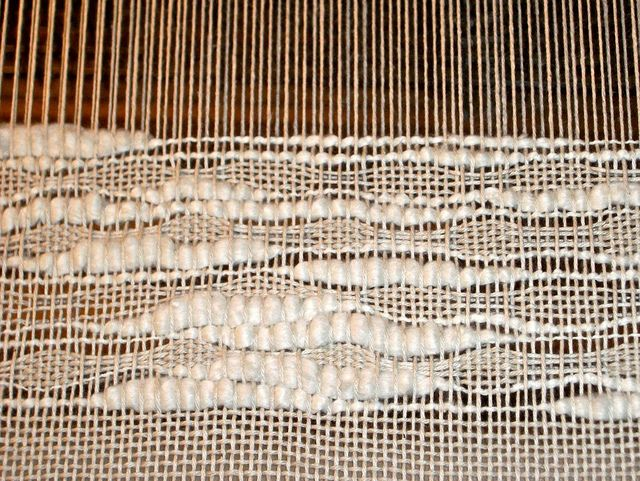 Weaving with a thick and thin cotton yarn in the weft on a carpet warp cotton