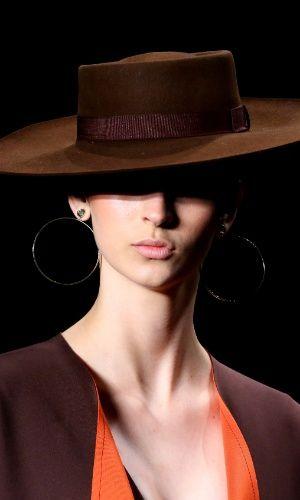 """""""Vaqueiras peruas"""" foram a inspiração de Victor Dzenk para o Inverno 2015 da SPFW. As modelos desfilaram chapéus ao estilo toureiro"""