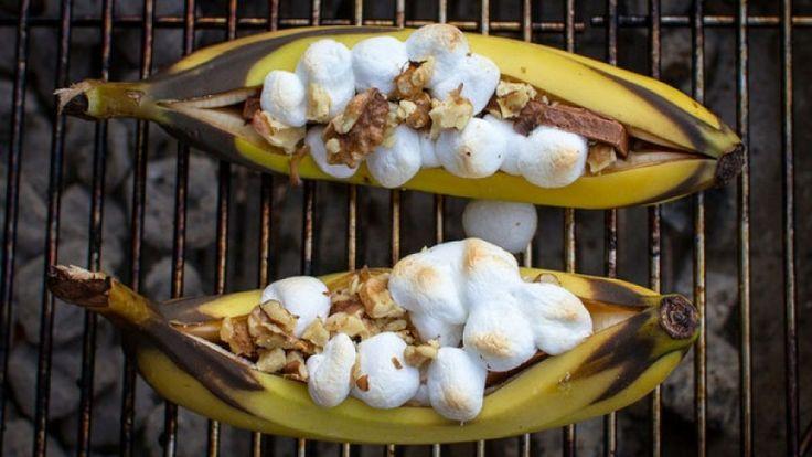 871-banane-alla-griglia-ripiene-di-cioccolato-marshmallow-e-mandorle-ricetta-bbq