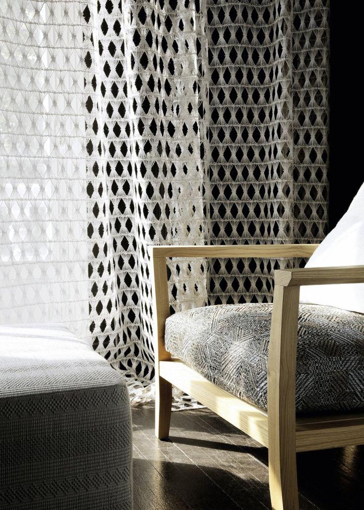 <p>Le luxe investit le chanvre rustique et s'enduit de couleurs mates et métalliques dans un voile exceptionnel, une broderie dentelle haute couture en fil de jute brut.</p> <p>Voile d...
