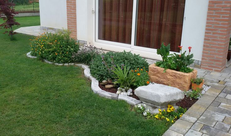 Fioriera in pietra ricostruita mod. Pusteria, color mattone e bordo curvo 100 per aiuole, color antichizzato. Località: Villanova del Ghebbo.