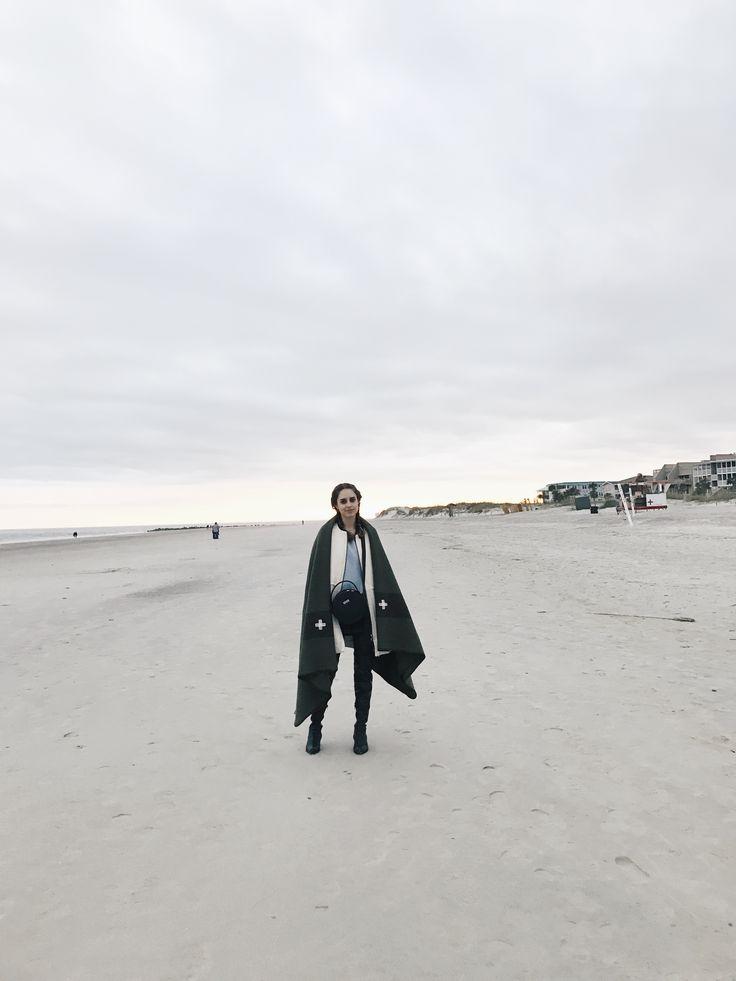 Oi pessu! Está super frio por aqui, mas eu não podia deixar de visitar Tybee Island mais uma vez em minha passagem por Savannah. Tybee Island fica mais ou menos 20 minutos do centro de Savannah, então é bem fácil de chegar lá. Preparamos um cobertor bem quentinho para curtir a praia no inverno :) …
