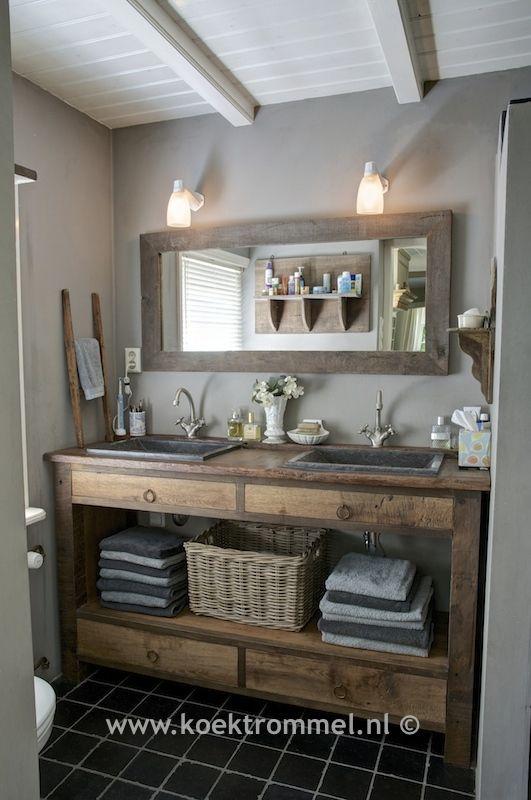 badkamer met meubel gemaakt van oude eiken delen