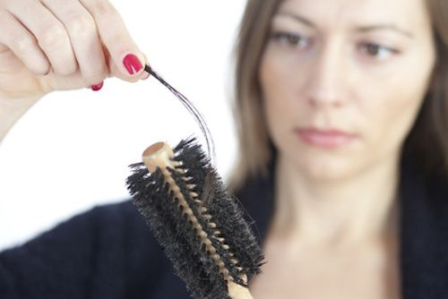 Remède de grand-mère contre la chute de cheveux. Cette huile précieuse va stimuler la repousse de vos cheveux et éviter la chute de cheveux ! Prenez 3 gousses d'ail épluchée et mettez les dans un verre. Faite chauffer dans une casserole 1/2 verre d'huile d'olive. Une fois chaude, retirer la casserole du feu et versez l'huile dans votre verre avec l'ail. Écrasez l'ail. Laisser macérer pendant 48h. Puis, avant votre shampooing, massez vous le cuir chevelu avec ce mélange. ...