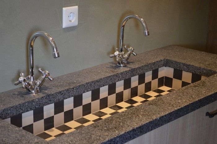 dubbele spoelbak zwart wit grootmoeders gootsteen | steentjes 5x5cm 5mm dik verkrijgbaar via webshop van mozaiek.com