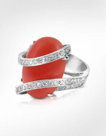 Sortija de oro blanco de 18 kilates montada con coral y diamantes en talla brillante