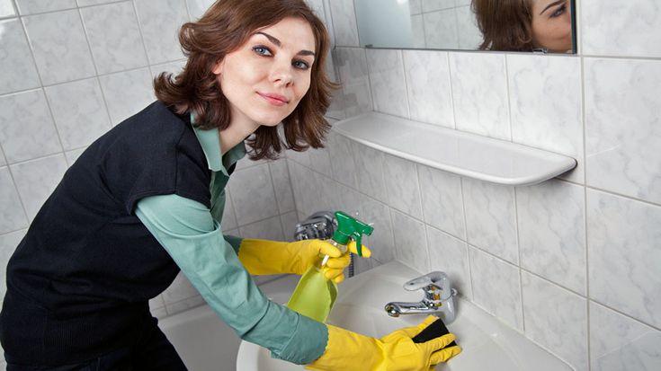 Biele špáry už dávno nie sú biele, kachličky nie sú lesklé, odtok je upchatý, v umývadle, vo vani a na batériách sú usadeniny a vodný kameň. Čo s tým