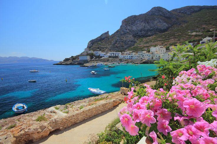 Sisiliasta liikkuu kaikenlaisia tarinoita, joista ne hurjimmat ovat totta. Sisilia on se Italian myyttinen etelä, saari jolle antiikin kreikkalaiset perustivat siirtokuntia ja rakensivat temppeleitä – ja jossa mafia edelleen varjostaa monen paikallisen elämää. Sisilia on lähempänä kuin Kanariansaaret ja turvallisempi kuin Turkki. Välimeren suurin saari on täydellinen lomakohde niin leppoisaa rantalomaa haluavalle kuin historiasta, arkkitehtuurista …